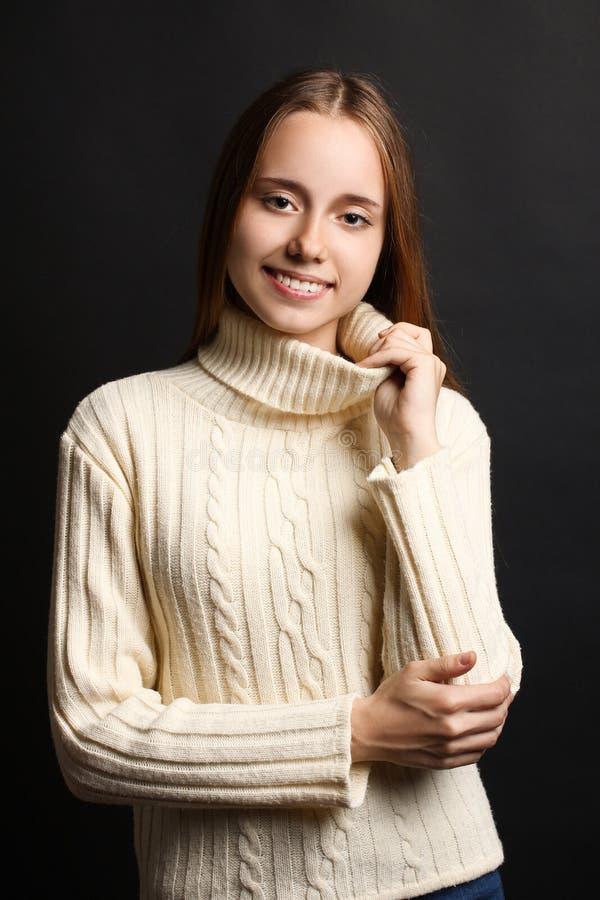 Flicka i en varm tröja royaltyfria foton