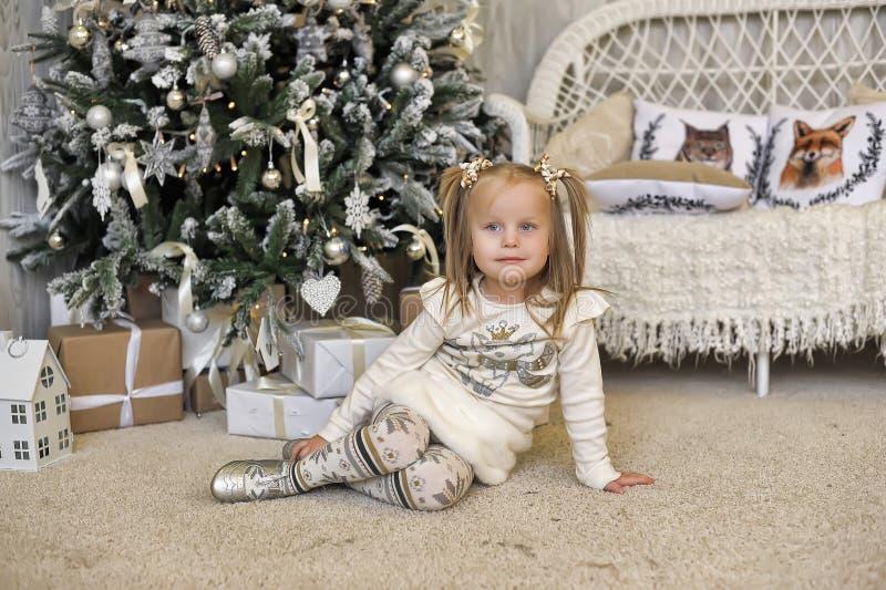 Flicka i en vit klänning i jul arkivbild
