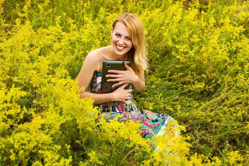 Flicka i ett fält med en minnestavla royaltyfria foton