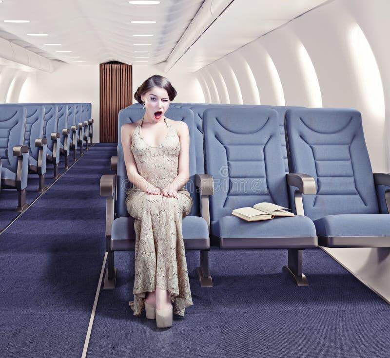 Flicka i ett flygplan royaltyfri fotografi