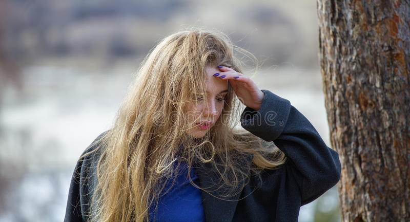 Flicka i ett lag som rymmer hans huvud royaltyfri foto