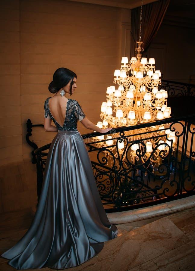 Flicka i ett lyxigt, aftonklänning royaltyfri bild