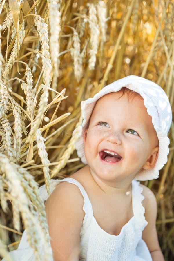 Flicka i ett vetefält royaltyfria bilder