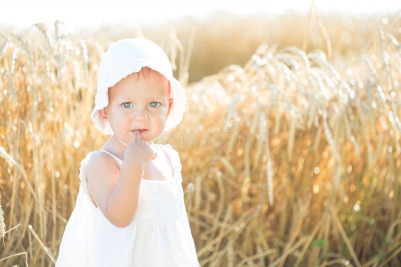 Flicka i ett vetefält royaltyfri foto