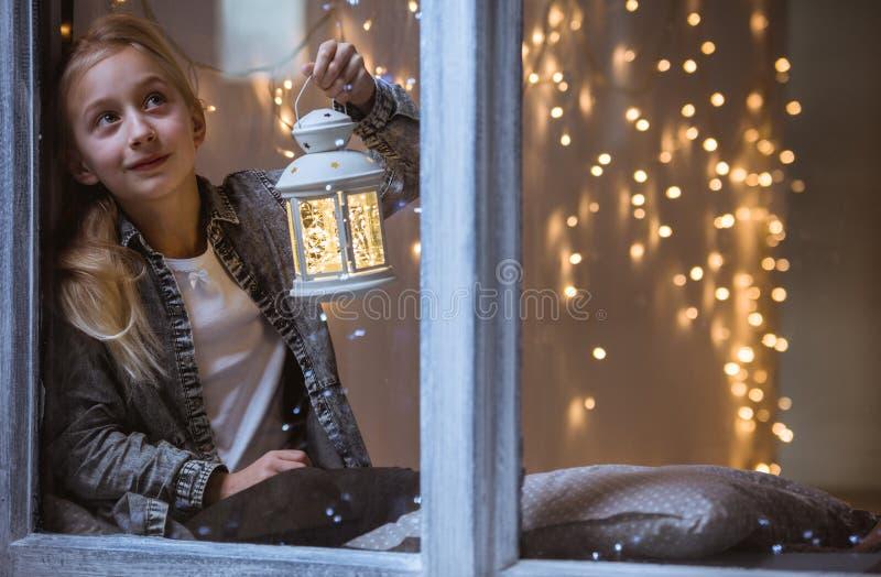 Flicka i fönstret royaltyfria bilder
