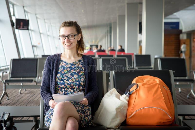 Flicka i flygplats royaltyfria bilder