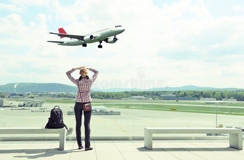 Flicka i flygplatsen arkivbilder