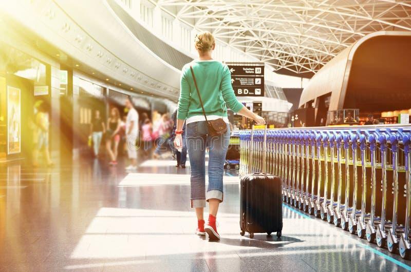 Flicka i flygplatsen royaltyfri foto