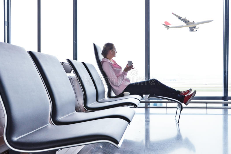 Flicka i flygplatsen arkivfoto