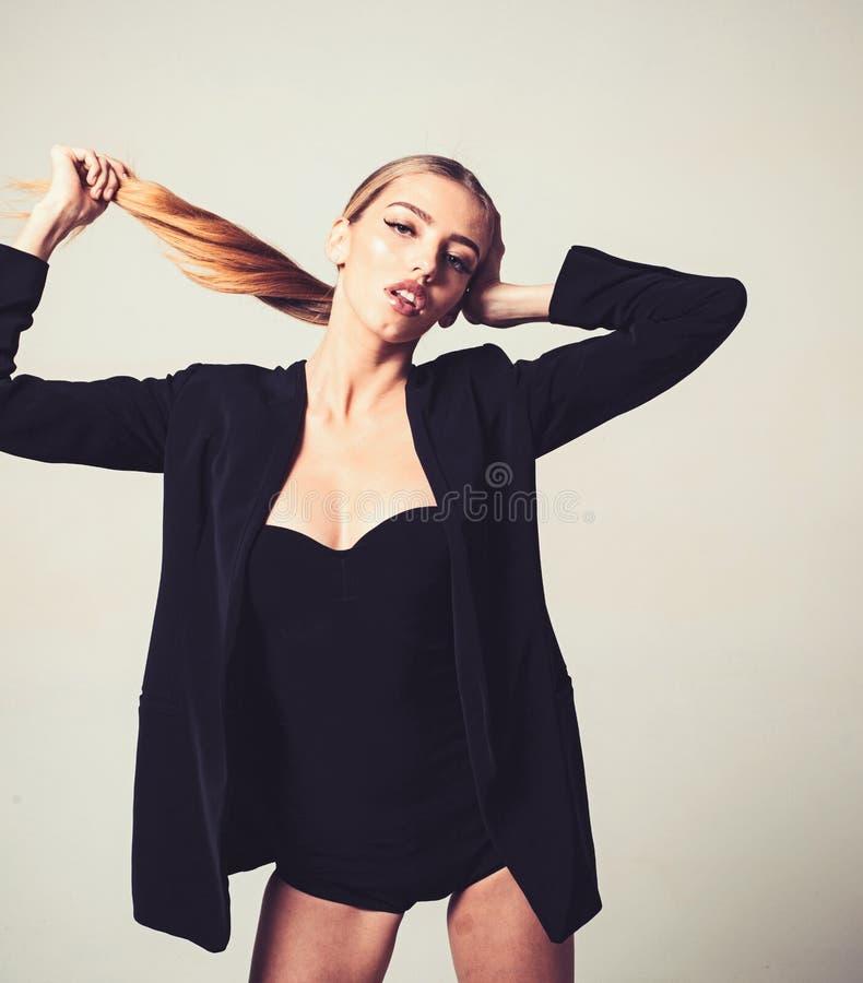 Flicka i formellt omslag och sexig decollete lek med hennes långa härliga hår Dam på den eftertänksamma framsidan som poserar i s royaltyfri fotografi