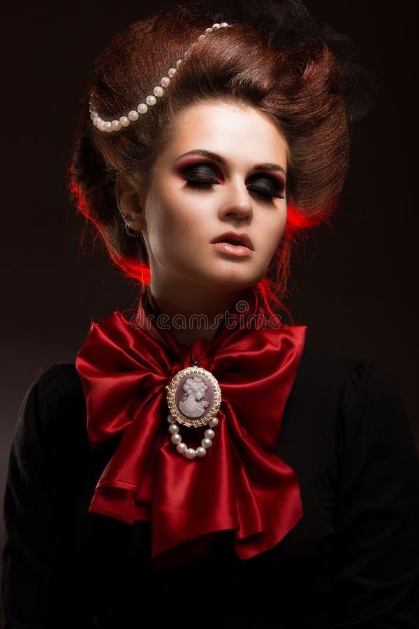 Flicka i gotisk konststil med idérik makeup Bild för allhelgonaafton arkivbilder