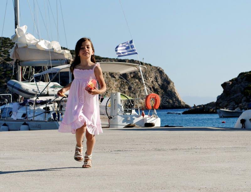 Flicka i grekisk hamn royaltyfri foto
