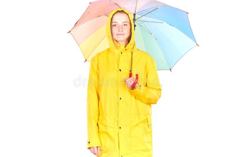 Flicka i gul regnrock arkivbilder
