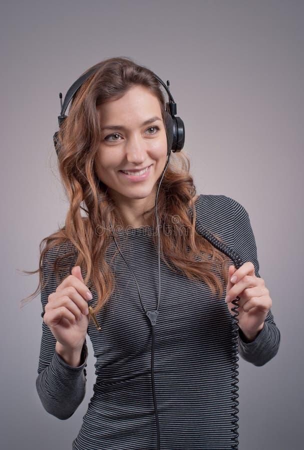 Flicka i hörlurar arkivfoto