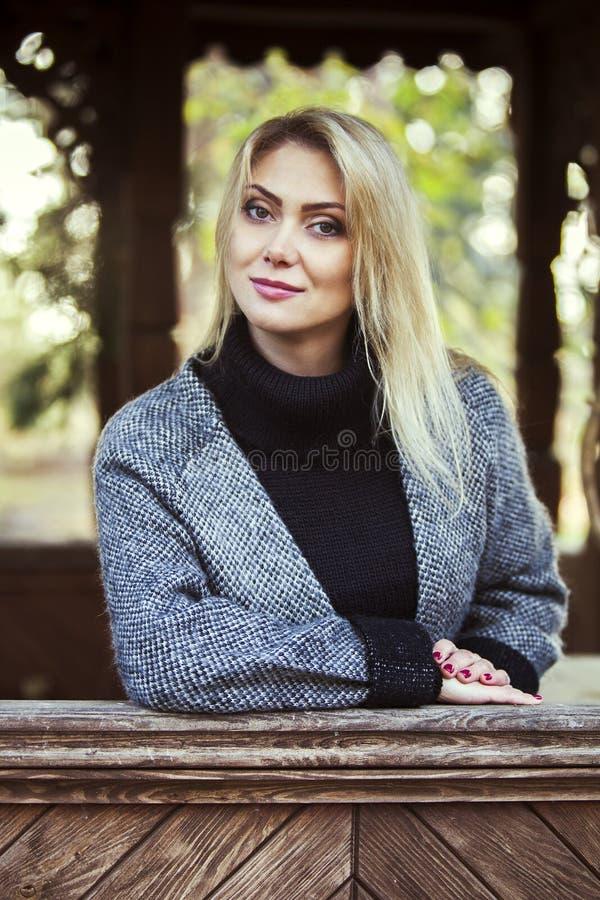 Flicka i höstlig park arkivbild