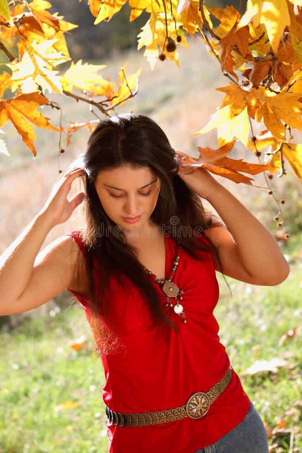 Flicka i höstpark royaltyfri bild