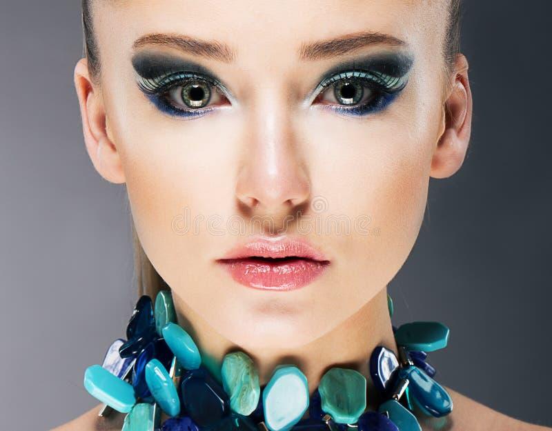 Glamorös säker kvinna i nära övre för halvt dyrbart turkoshalsband arkivfoton