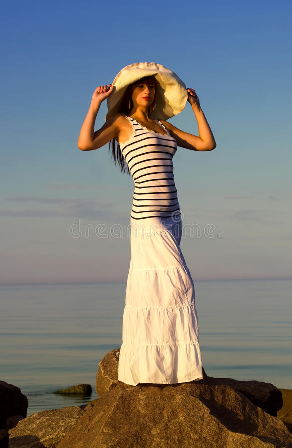 Flicka i hatt på stranden royaltyfri fotografi