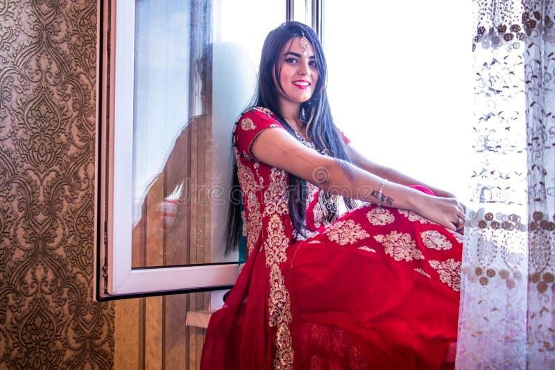 Flicka i indisk klänning royaltyfri bild