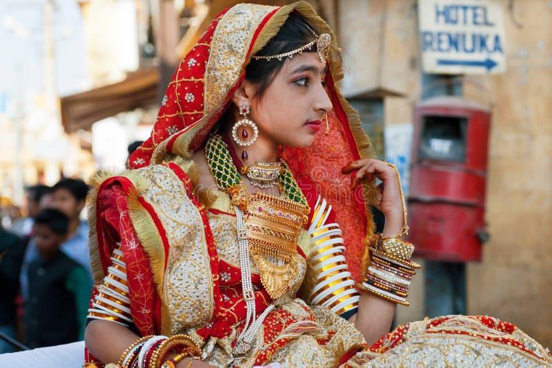 Flicka i indisk klänningsari arkivbild