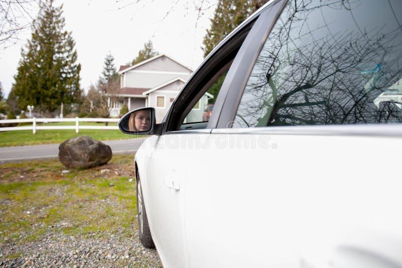 Flicka i körningsplats royaltyfria foton