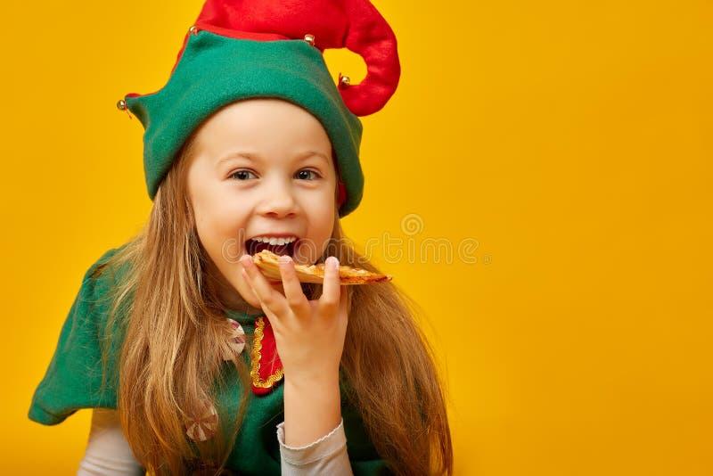 Flicka i karnevaldräktälva med pizza royaltyfri fotografi