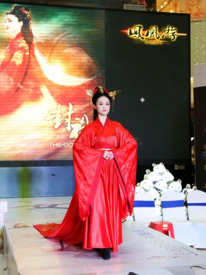 Flicka i kinesiska traditionella Hanfu kläder arkivbilder