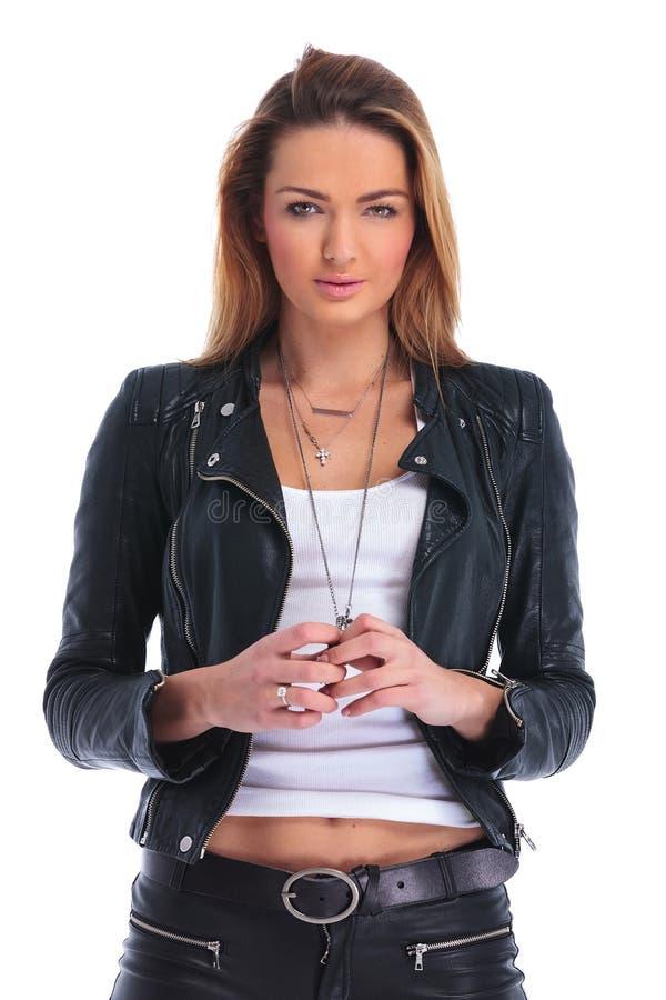 Flicka i läderomslaget som poserar i vit studiobakgrund medan t royaltyfri fotografi