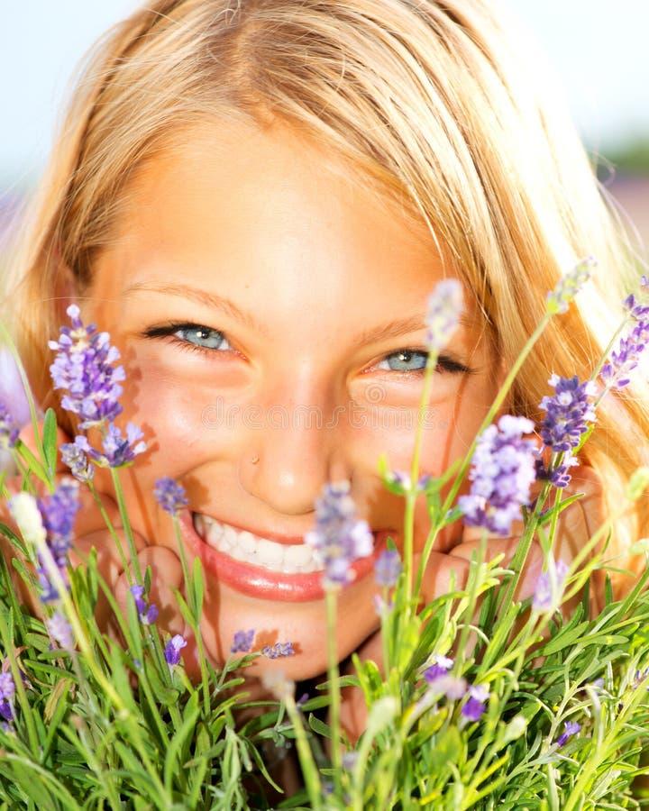 Flicka i lavendelfält arkivfoto