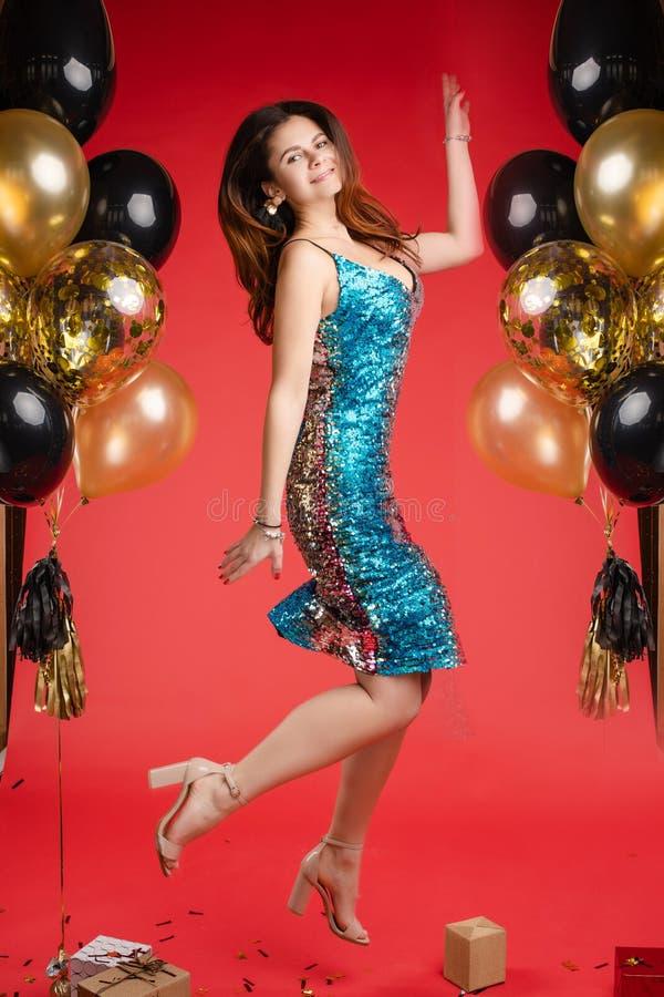 Flicka i ljus kl?nningdans och skratta n?ra ballons arkivbild