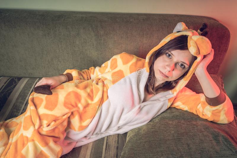 Flicka i ljus pyjamas för barn` ett s i form av en känguru emotionell stående av en student dräktpresentation av barn` s arkivbilder