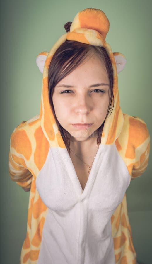 Flicka i ljus pyjamas för barn` ett s i form av en känguru emotionell stående av en student dräktpresentation av barn` s arkivbild