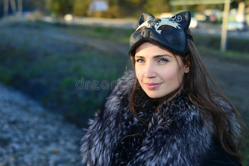 Flicka i maskeringen och pälsen royaltyfria bilder