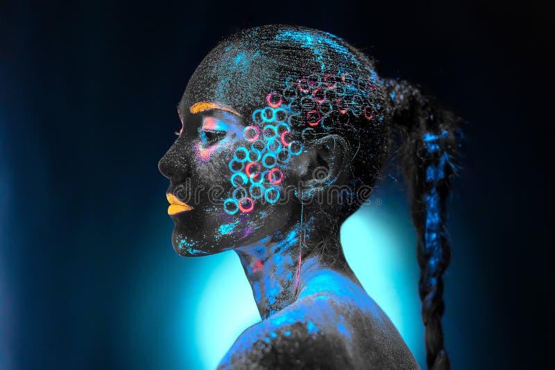 Flicka i neonkroppkonst arkivbild