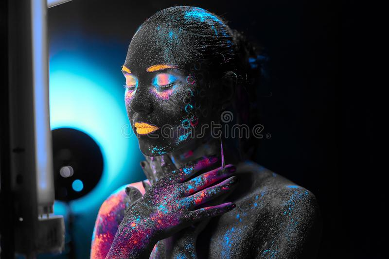 Flicka i neonkroppkonst arkivfoto