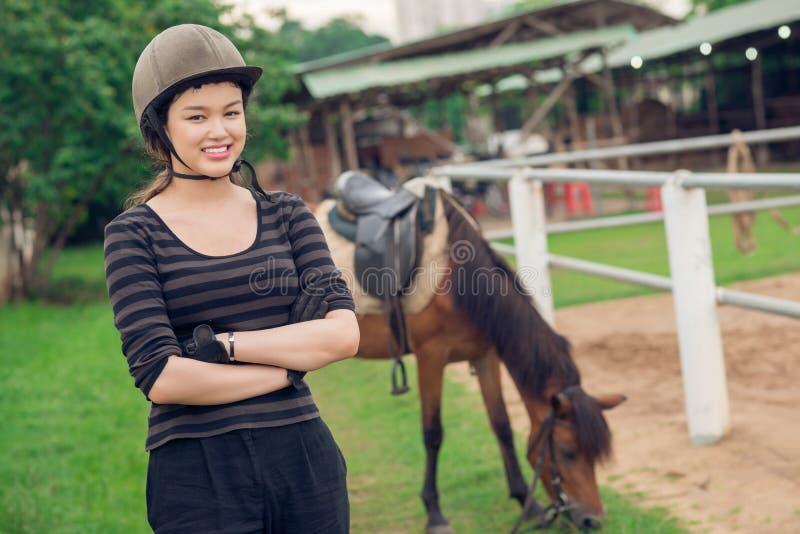 Flicka i ponnyklubba royaltyfria bilder