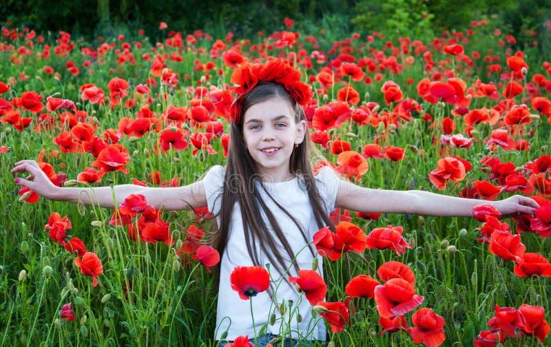 Flicka i Poppy Field arkivfoto