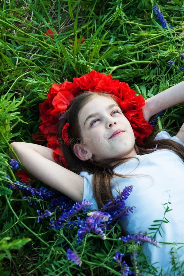 Flicka i Poppy Field fotografering för bildbyråer
