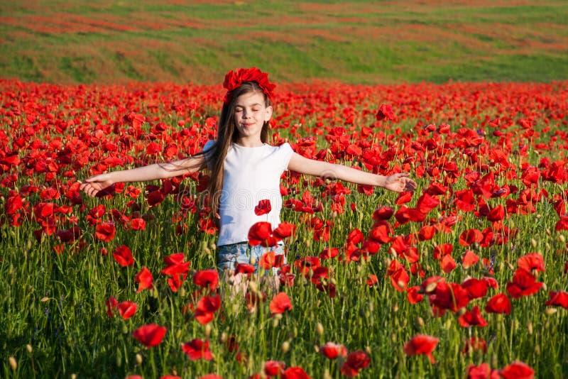 Flicka i Poppy Field arkivbild