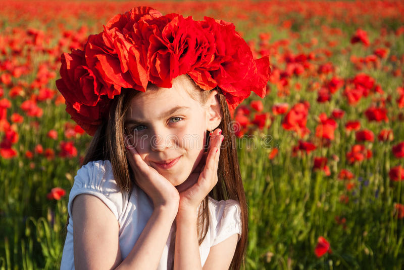 Flicka i Poppy Field royaltyfria bilder