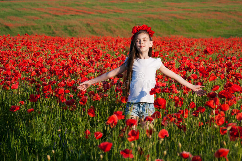Flicka i Poppy Field royaltyfri fotografi
