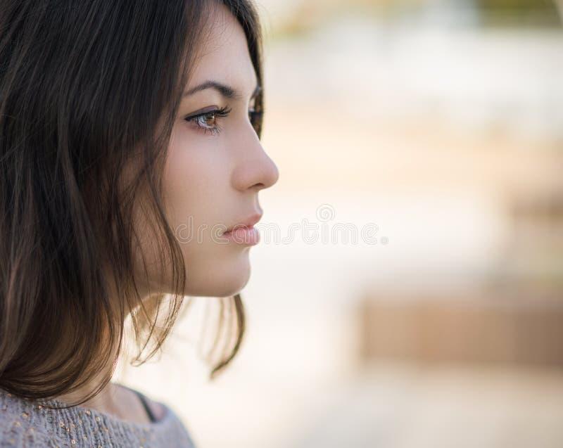 Flicka i profil royaltyfri foto