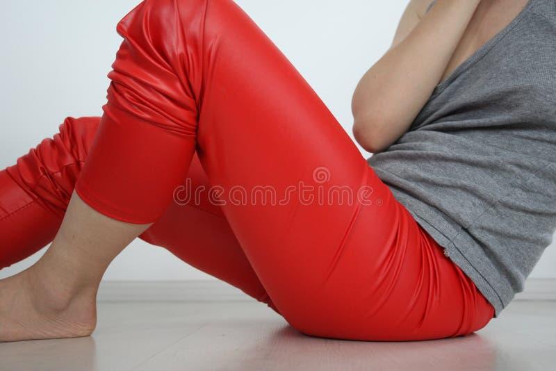 Flicka i röd damasker royaltyfri fotografi