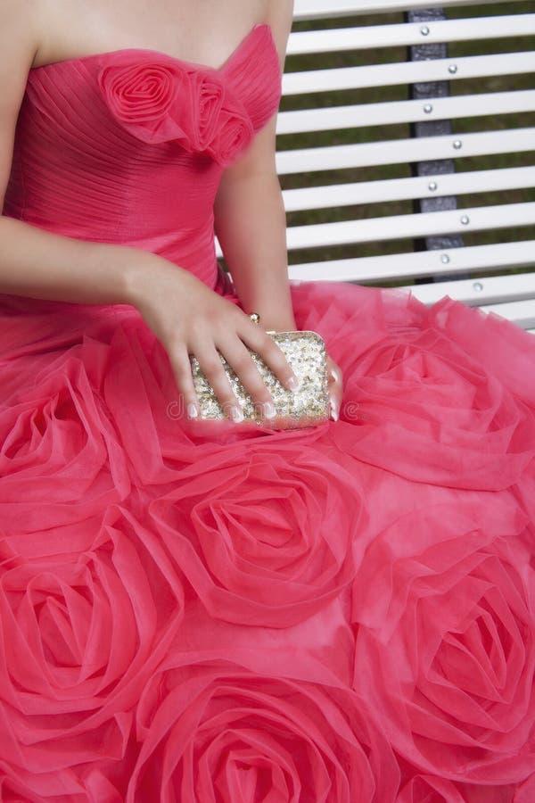 Flicka i röd klänning fotografering för bildbyråer