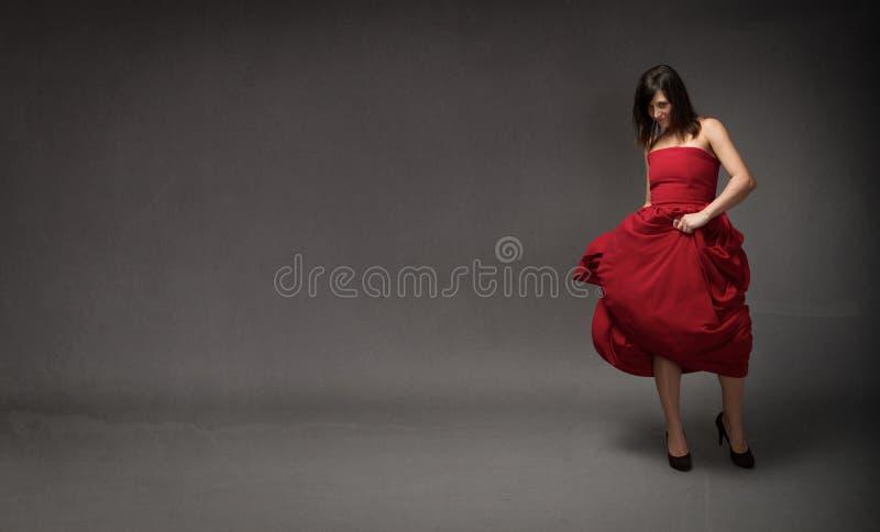 Flicka i röd klänning arkivfoton