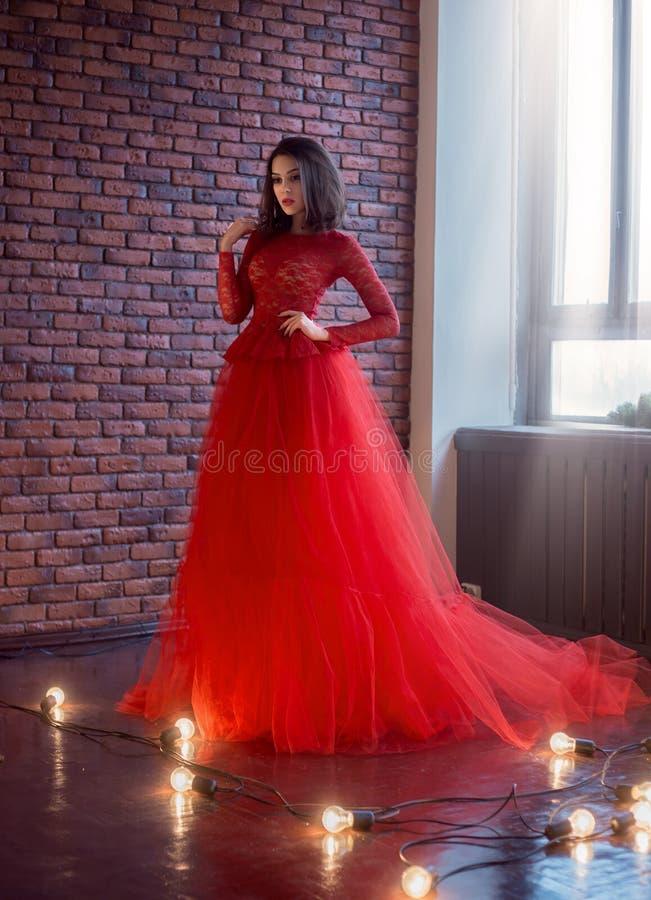 Flicka i röd klänning royaltyfri foto