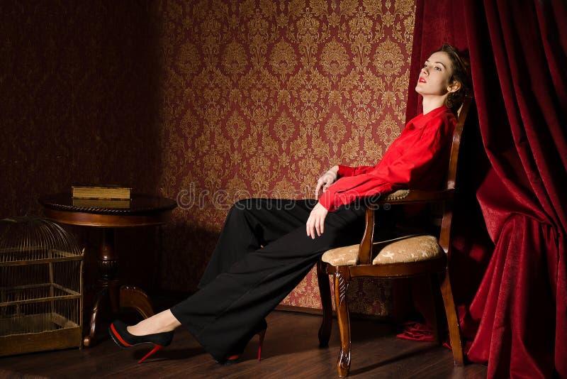 Download Flicka I Röd Manlig Skjorta. I Retro Inre Arkivfoto - Bild av caucasian, härlig: 37346726