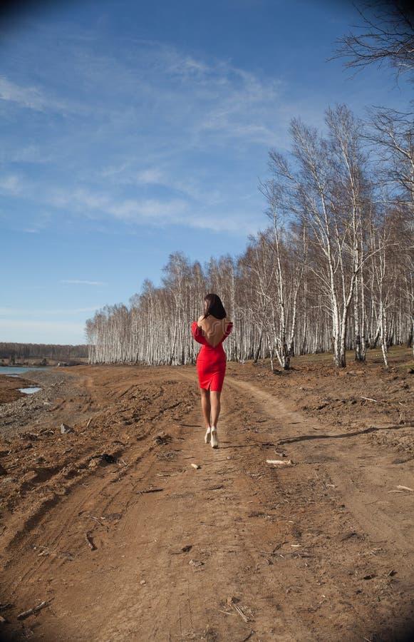 Flicka i rött gå för klänning arkivbilder