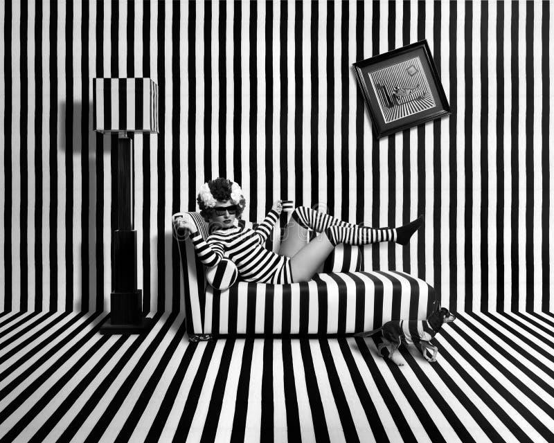 Flicka i randigt rum arkivfoto