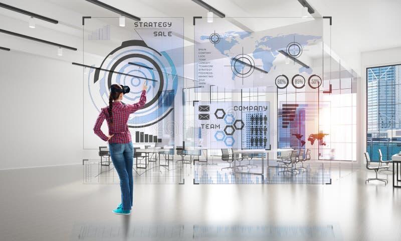 Flicka i regeringsställning som är inre i virtuell verklighetmaskering genom att använda innovativa teknologier Blandat massmedia vektor illustrationer